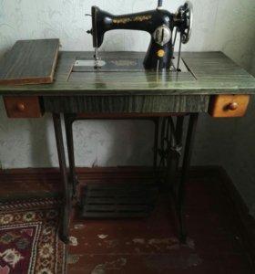 Старинная ножная швейная машинка