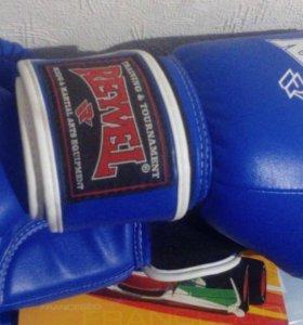 Боксерские перчатки и шлем, не носил