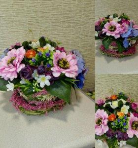 Плетённая кружка с искусственными цветами.