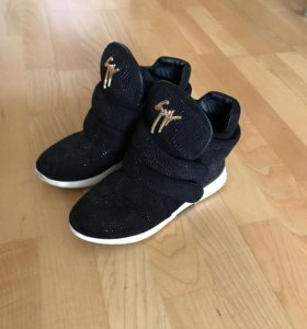 Ботинки(кроссовки)на девочку