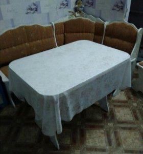 Угловой диван 2 табуретки и стол на кухню б/у