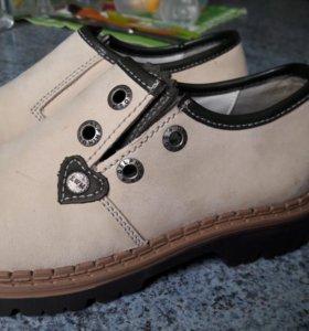 Новые кожаные ботинки на мальчика