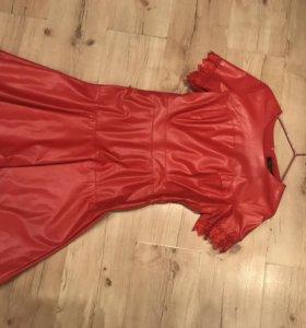 Платье кожаное красное с кружевом р .44-46