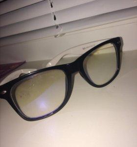 Очки RayBan с прозрачными линзами.
