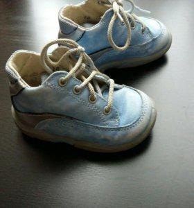 Ботиночки на девочку голубые.