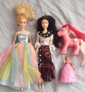 Много кукол и игрушек