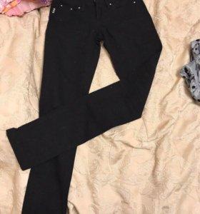 Чёрные брюки (джинсы)