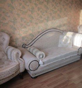 Два кресла, кушетка и подушки