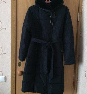 Зимнее синее пальто.