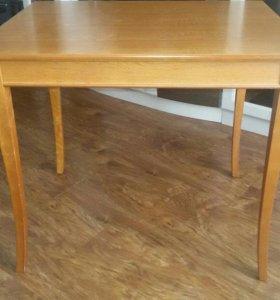 Стол кухонный деревянный.