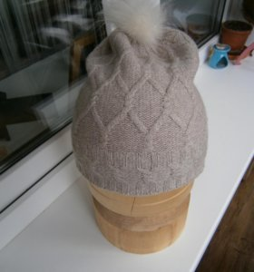 Шерстяная шапка ostin с меховым помпончиком