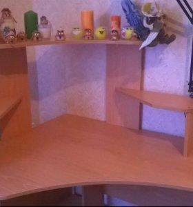 Компьютерный стол в хорошем состоянии