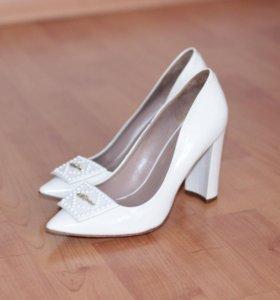 лакированные кожаные туфли белого цвета
