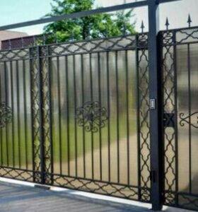 Ворота закрытые поликарбонатом.
