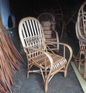 Плетёный стул из ивовой лозы.