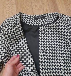 Пальто Chanel есть размер S и XS