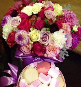 Коробочка счастья с живыми цветами и сладостями