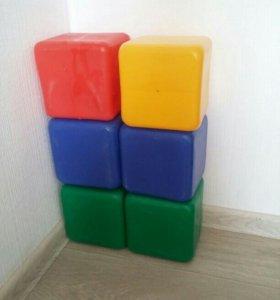Большие пластиковые кубики.