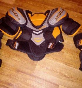Хоккейный нагрудник и налокотники