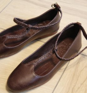 Дизайнерские кожаные балетки с ремешком