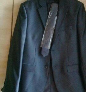Мужской костюм, рубашка, галстук и туфли