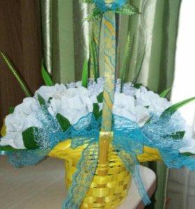 Корзиночка цветов с конфетками.