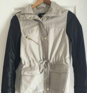 Бежевая куртка-парка от Н&М с кожаными рукавами