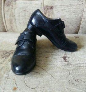 Туфли на выход лакированные.