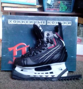 Хоккейные коньки (с чехлами на лезвия)