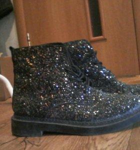 Крутые, блестящие ботинки