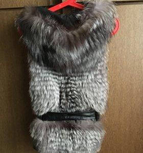 Меховой жилет с капюшоном
