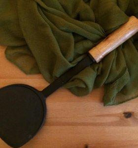 Лопатка пластмассовая с деревянной ручкой.