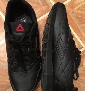 Новые кроссовки маломерки идут на 38-39 размер