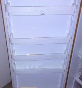 Полки на дверь и внутрь холодильника indesit R 34T