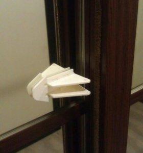 Блокиратор дверей шкафа купе от детей.