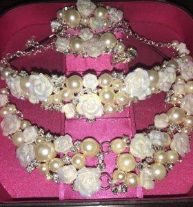 Ожерелье+диадема+клипсы из фарфоровых роз и жемчуг