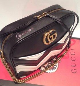 Gucci GG Marmont кроссбоди черно-белого цвета