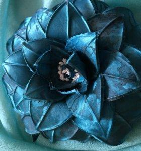 Цветок брошь из натурального шелка