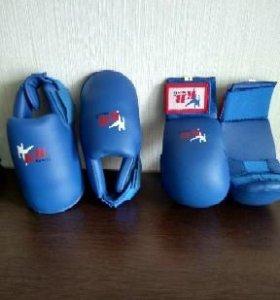 Перчатки и защита для таеквондо.