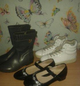 Три пары обуви 36 размер.
