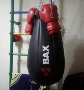Боксёрская груша и перчатки.