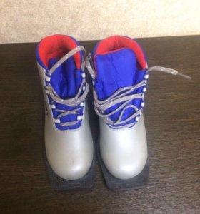 Лыжные ботинки. Ребёнку в школу .