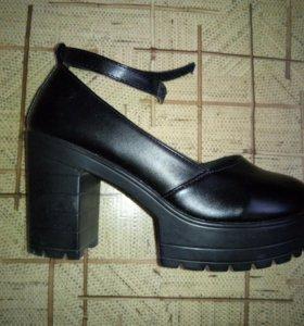 Новые туфли на тракторной подошве