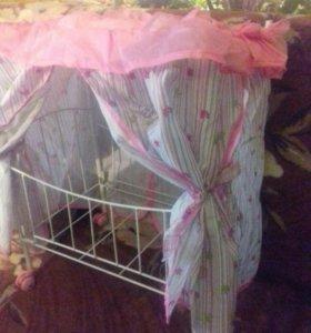 Кроватка для кукол с балдахином на колесах