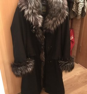 Чёрное зимнее пальто с мехом натуральным тёплое