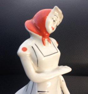 Фарфоровая статуэтка Птичница