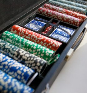 Покерный набор 500 фишек с ковриком.