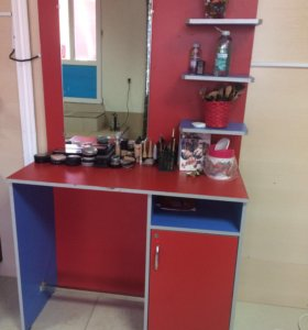 Маникюрный стол и парикмахерское зеркало