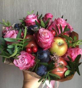 Букет из свежих фруктов и нежных роз