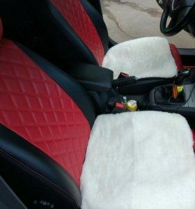 Меховой квадрат на сиденье автомобиля